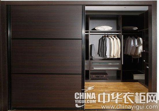 白色衣柜中间木纹的腰线设计是点睛设计